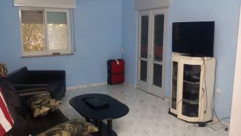 Best priced 4 room around Emek Refaiem! 85 meters, one flight up, spacious kitchen,