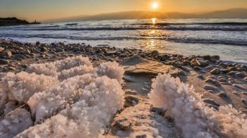 9 eerie and stunning photos of the disappearing Dead Sea
