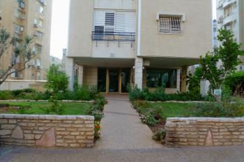 For rent a third line to the sea! 4 room apartment in Jabotinsky Netanya