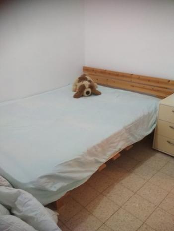 Bed - Wood base + mattress