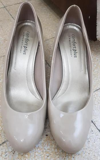 "Women's ""COMFORT PLUS"" High Heels/ Shoes. Size 10 W. Beautiful Beige/ Nude Color. Comfort Brand"